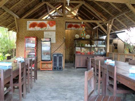 mencicipi makanan seafood  warung lesehan ikan bakar