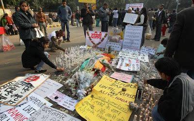 wtf lelaki buka pakaian teman wanita di rooftop tempat gambar sekitar demonstrasi kes bunuh wanita di india 21