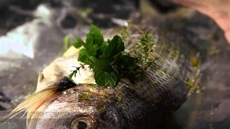 cucinare sarago sarago al cartoccio sulla griglia ricetta