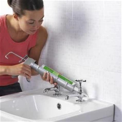 Remove Bathtub Caulking by Removing Silicone Caulk Residue