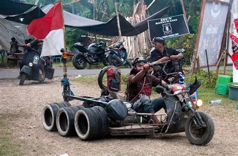 Modifikasi Vespa Army by Joyriding Through The Jungle With The Punks Who Mod Vespa