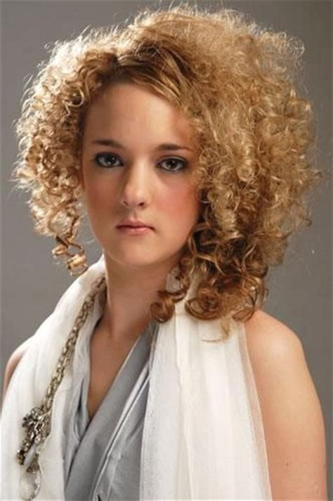 shoulder length blonde curly hair blonde medium length curly hairstyle cool curly hair