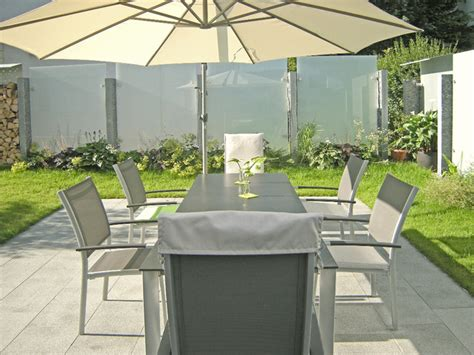 sichtschutz terrasse modern glas und edelstahl als sichtschutz im garten modern