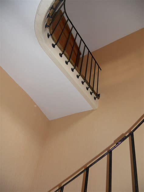 Papier Peint Pour Cage Escalier by Pose De Papier Peint Dans Une Cage D Escalier De Grande