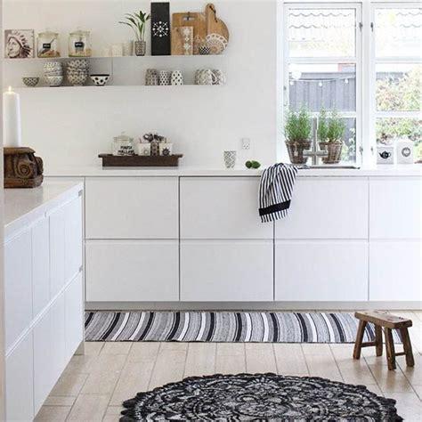 mensole in cucina cucina con mensole