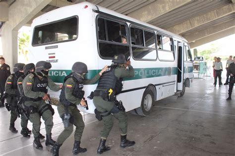 imagenes de minions uniformados en fotos as 237 vivieron 24 colombianos ser polic 237 as por un d 237 a