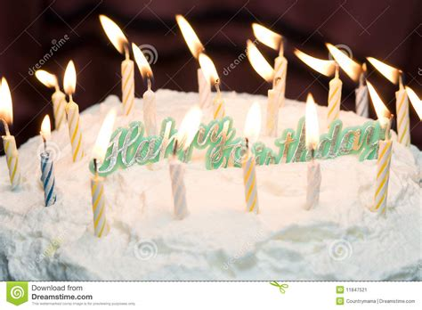 candele buon compleanno torta di buon compleanno con le candele immagine stock