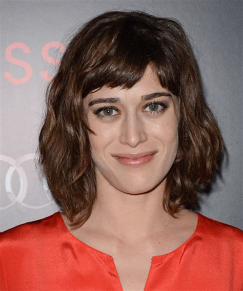 lizzy caplan short bangs lizzy caplan medium wavy casual hairstyle with blunt cut