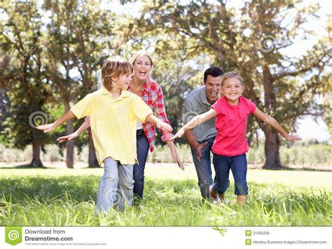 imagenes de niños jugando con sus padres parents playing with children in country stock image