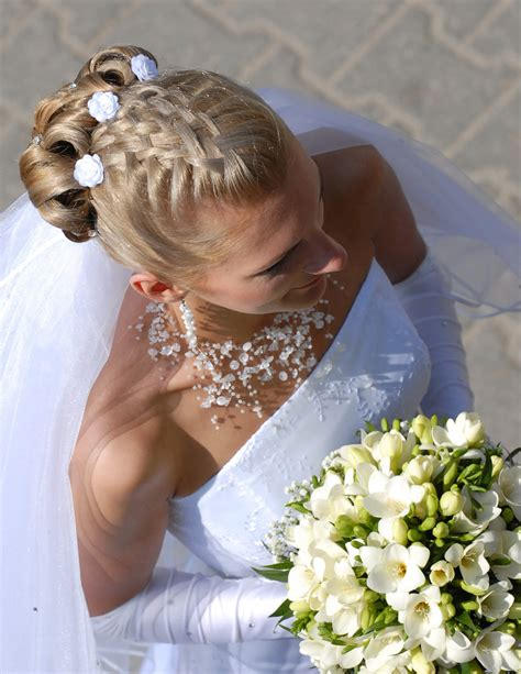 Hochzeitsfrisur Geflochten Blumen by Brautfrisur Mit Geflochtenem Haar Gro 223 E Bildergalerie