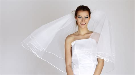 A Vera Wang wedding dress for 150 bucks? How to find a