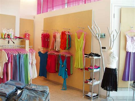 design fashion boutique small boutique ideas about small store design on frames