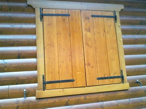 verniciatura persiane in legno lavori in legno di falegnameria a misura posa in