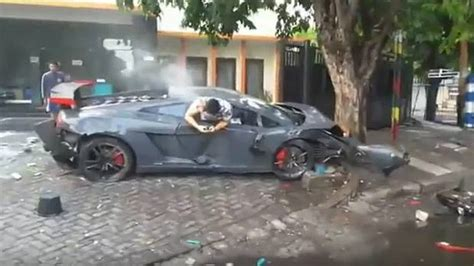 fatal lamborghini crash lamborghini driver calmly texts while hanging out of car