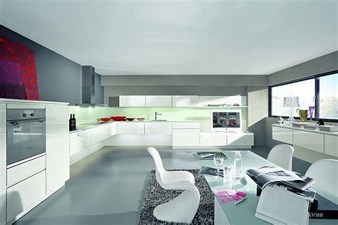 neue küche mit elektrogeräten haare oben schwarz und unter pink