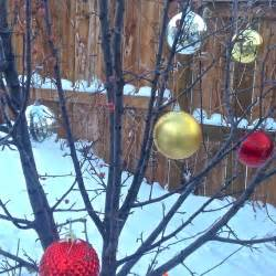 speedy holiday decorating idea outdoor tree ornaments
