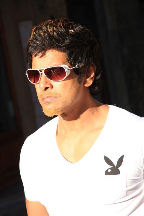 actor raja game dojmax vikram latest photo stills in veedinthe movie
