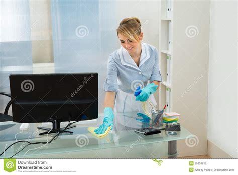 bureau nettoyage bureau de nettoyage de domestique avec le chiffon de plume