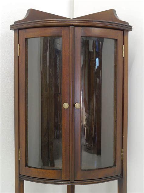 eckvitrine nussbaum eckvitrine vitrine eckschrank antik stil massivholz