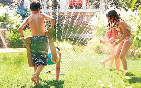 imagenes de niños jugando con agua juegos y actividades con agua para ni 241 os burbujitas