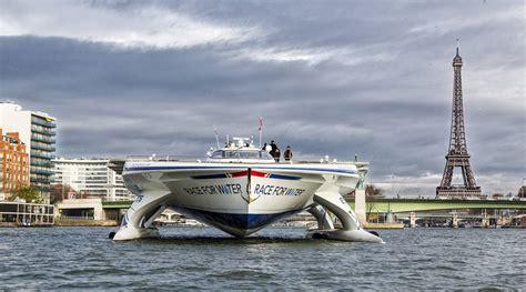 un barco navega un barco navega alrededor del mundo para luchar contra