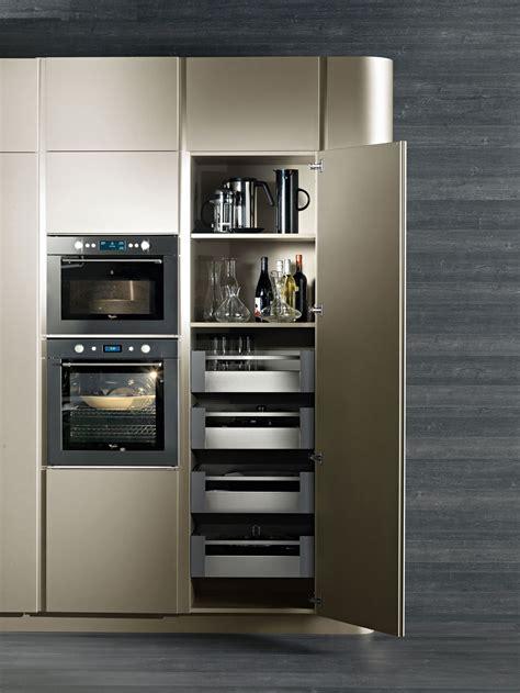 lade sottopensile cucine moderne con isola design e luce con snaidero