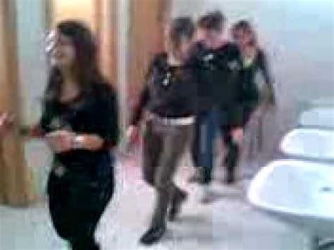 nel bagno della scuola ragazze pazze ballano il limbo nel bagno della scuola
