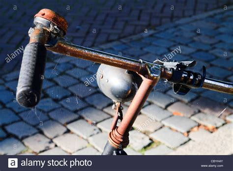 Rostiges Fahrrad Lackieren by The Bicycle Bell Stockfotos The Bicycle Bell Bilder Alamy