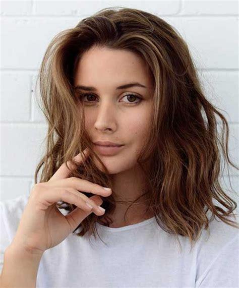 Brown Medium Hairstyles by Best 25 Brown Wavy Hair Ideas On Brown
