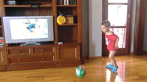 imagenes niños jugando en casa ni 209 o de 3 a 209 os jugando a futbol dentro de casa youtube