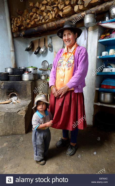 madre con su hijo en la cocina huanuco im 225 genes de stock huanuco fotos de stock alamy