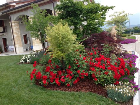 piccole aiuole fiorite progetto giardino con aiuole fiorite verde idea