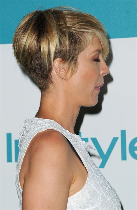 pictures of the back of jenna elfman hair more pics of jenna elfman layered razor cut 9 of 10
