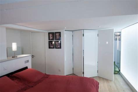 la porte pliante sert de paravent entre la chambre et le