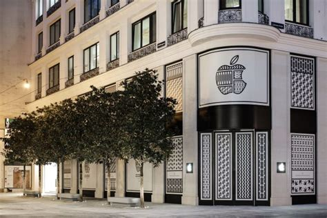 apple austria apple completes renovation of historic storefront at first