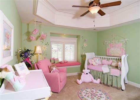 kleines kinderzimmer fur junge und madchen kleines babyzimmer ideen m 228 dchen rosa gr 252 n fenstersitzbank