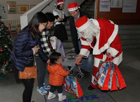 babbo natale porta i regali ai bambini babbo natale porta regali al meyer 1 di 1 firenze