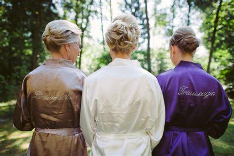 braut vor der hochzeit braut und trauzeugin hochzeitsblog two wedding sisters