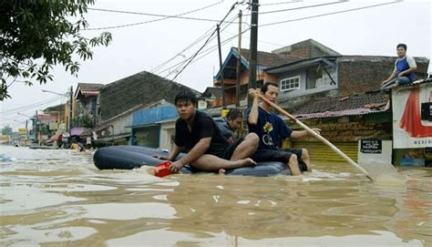 Kasur Angin Bekasi jumlah titik banjir bekasi terus bertambah metro tempo co
