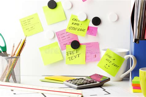 bureau de post bureau avec des notes de 171 post it 187 image stock image