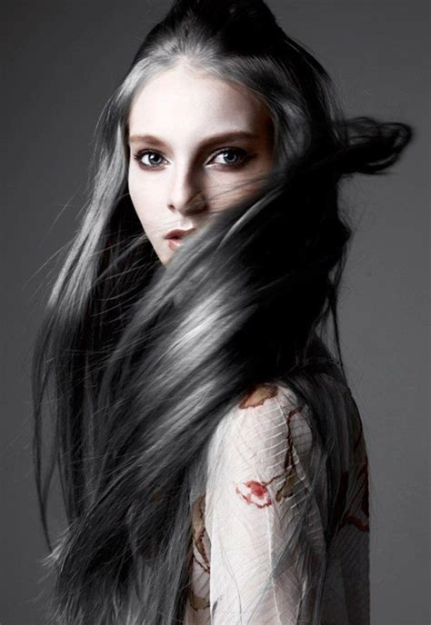 picture of long dark hair eith gray teverse frost la fashion week adopte la coloration grise et on comprend