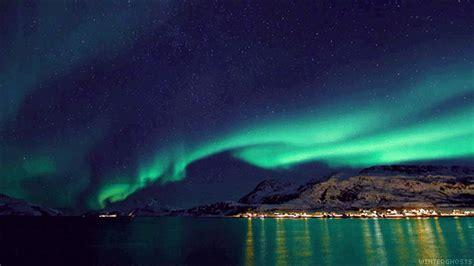 wallpaper pemandangan alam gif aurora boreal gifs get the best gif on giphy