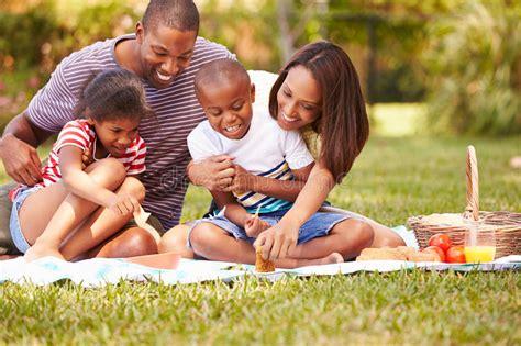L Use Im Garten 3980 by Familie Die Picknick Im Garten Zusammen Hat Stockfoto