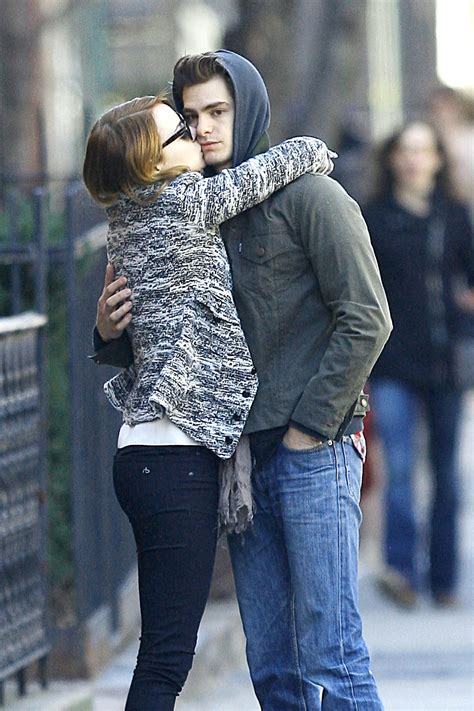 emma stone và andrew garfield emma stone and andrew garfield sharing a kiss in new york