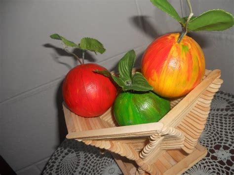 manualidades con paletas frutero hecho con palos de paletas y las frutas en icopor