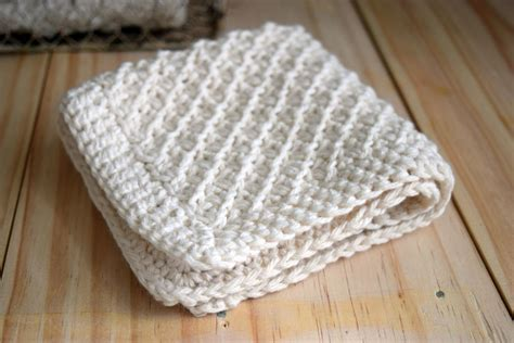 10 quick knitted dishcloth patterns daisy stitch washcloth knitting pattern favecrafts com