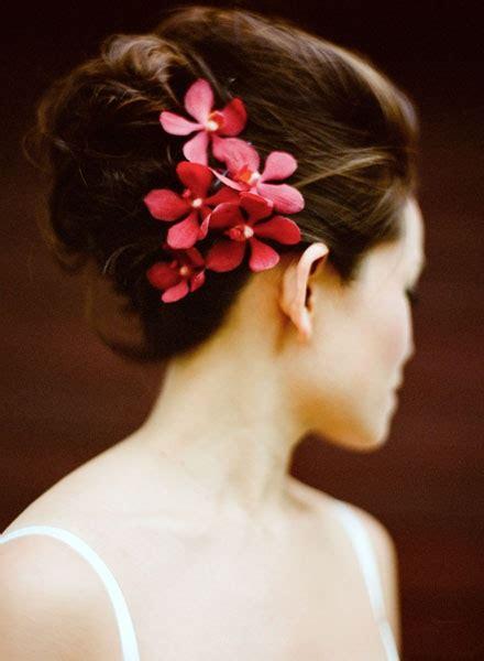acconciature con fiori freschi fiori freschi acconciatura 2014 sposa6 look sposa