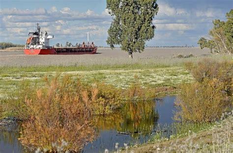 un barco navega el gobierno no descarta el dragado del guadalquivir pese a