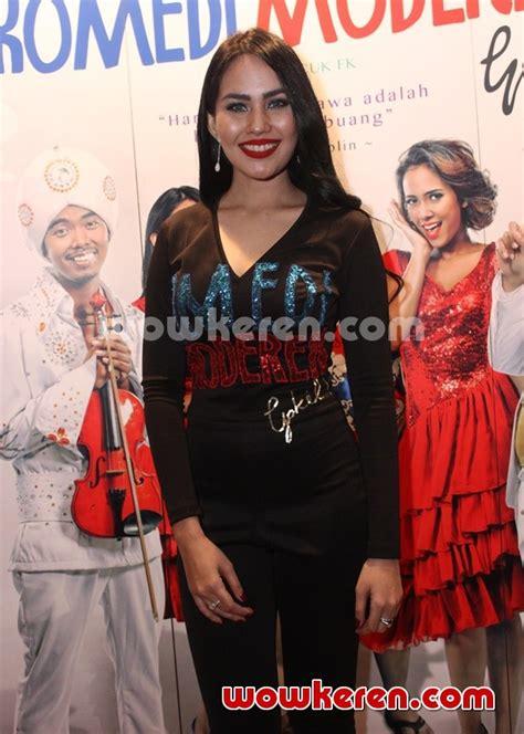 streaming film indonesia komedi moderen gokil foto kartika putri di gala premier film komedi moderen