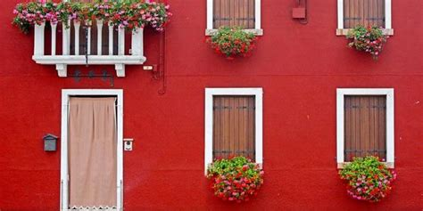 contoh warna cat rumah  nuansa merah marun